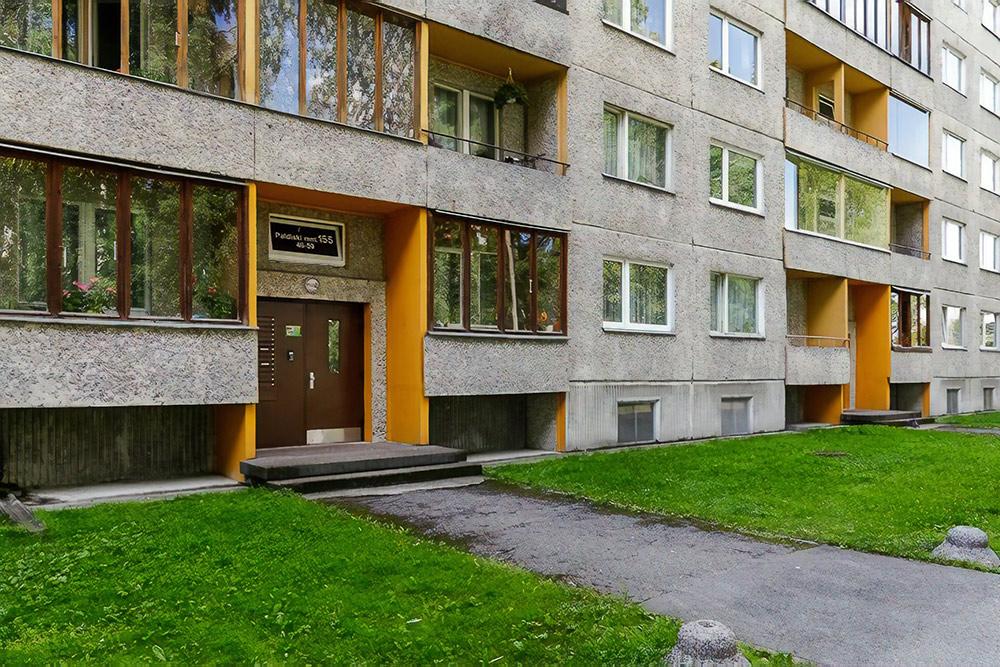 Моя квартира в Таллине. Со всех сторон дома чистый подстриженный газон, по которому дети бегают босиком
