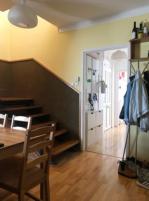На первом этаже также прихожая, кухня, кладовка и ванная