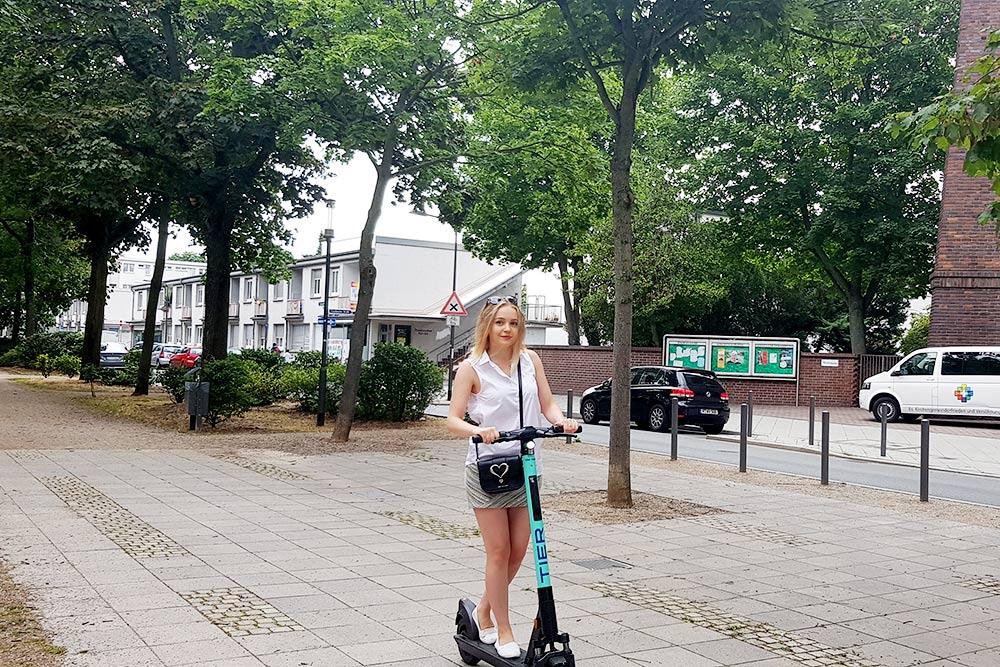 Прокат электросамокатов добрался до Германии совсем недавно. Поездка стоит 0,19€ (13<span class=ruble>Р</span>) за минуту