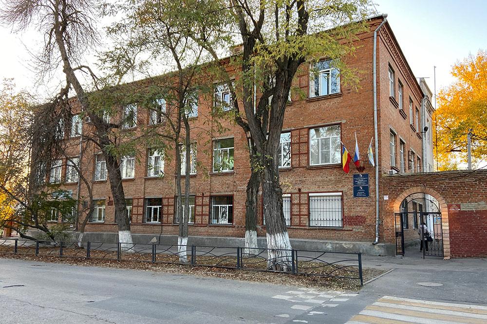 Школа № 9 открылась в 1960году и стала первой городской школой с углубленным изучением английского языка