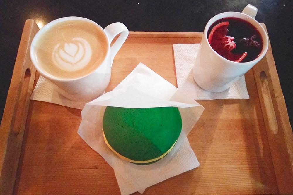 Десерты в «Кофеине»: латте — 210рублей, чай с гибискусом и малиной — 200рублей, ананасовый вупи-пай, которого хватит на двоих, — 220рублей