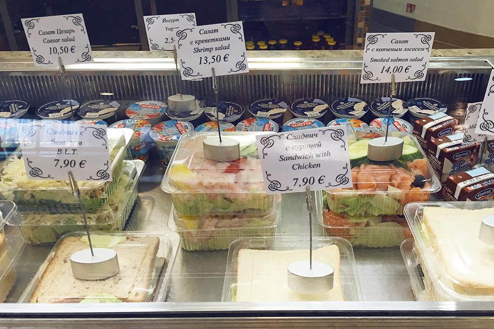 Витрина самого дешевого кафе: сэндвичи от 8€ (552<span class=ruble>Р</span>), салаты от 13€ (897<span class=ruble>Р</span>)