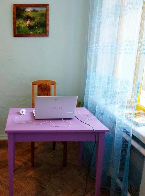 Первым делом я покрасила стол. Мне понравилось, как смотрится лиловый цвет в интерьере. Поэтому я продолжила: покрасила им один изстеллажей, круглый столик и ножки утабуретки-пуфа
