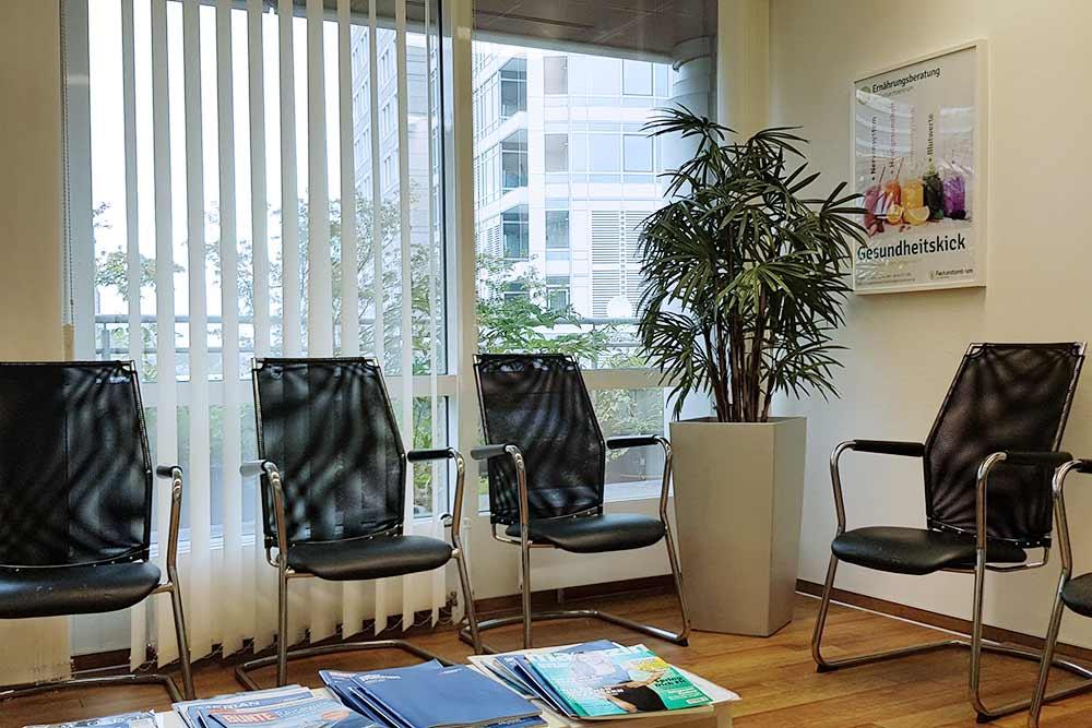 Приемная перед кабинетом врача. Сам кабинет находится в обычной квартире в многоэтажном жилом доме