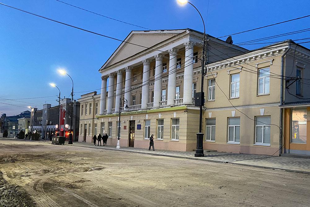 Факультет иностранных языков Таганрогского пединститута расположился в бывшем доме Гайрабетова. До революции здесь были табачная лавка, кафе «Траттория» и шляпный салон