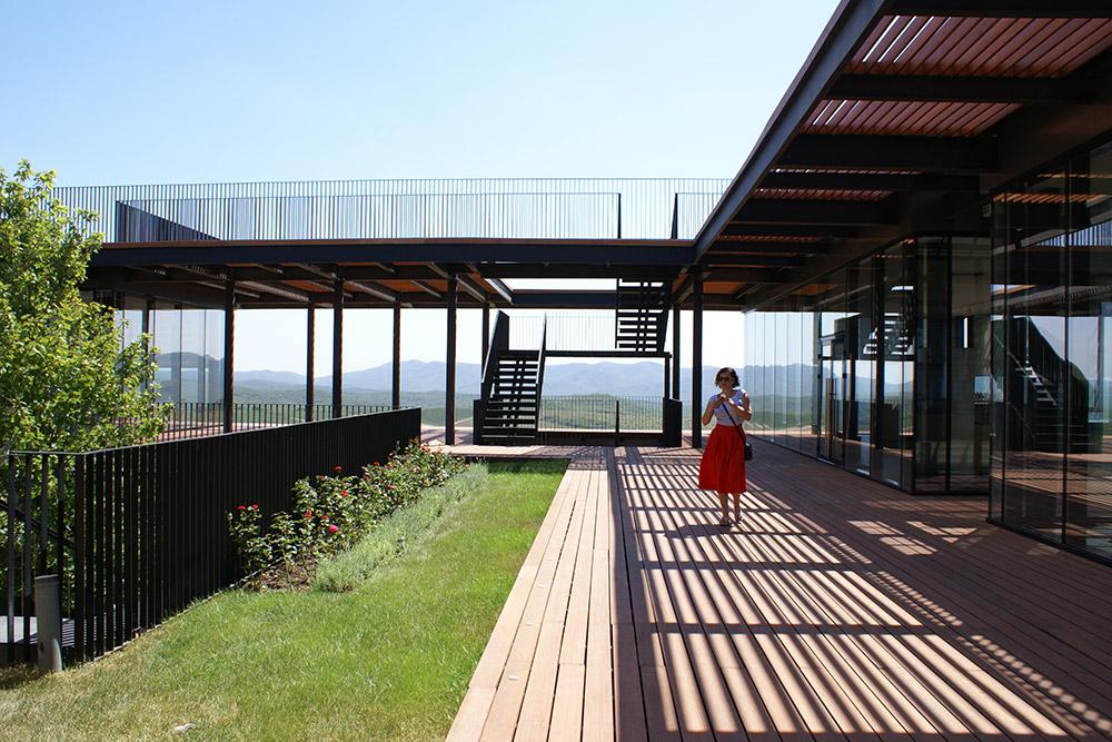 Винодельня выстроена так, что с любой точки открывается красивый вид на окрестные холмы. Видно и море, которое находится в 7 км