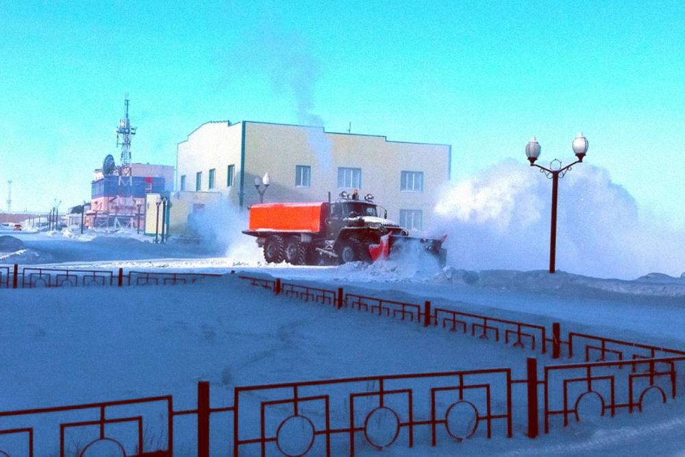 На дороги постоянно выезжает снегоуборочная техника