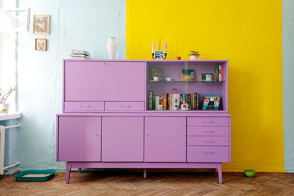 Мне нравится получившееся сочетание цветов у стен и мебели. Может возникнуть вопрос: неустаюли я оттаких ярких цветов? Нет, я люблю яркие цвета и их сочетания, поэтому не устаю, а, наоборот, заряжаюсь