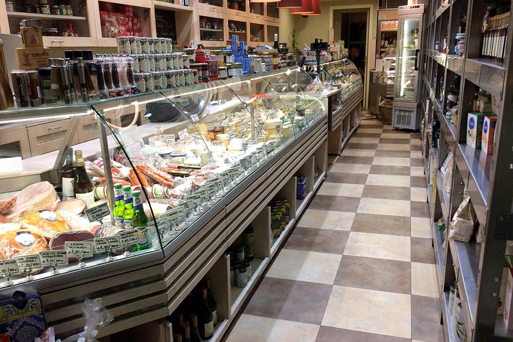 Сыр, ветчину и прочие закуски лучше покупать в маленьких специализированных лавках