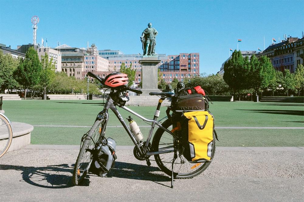 В сумках я вожу палатку со спальником, туристический коврик, одежду, посуду, еду и фотоаппарат