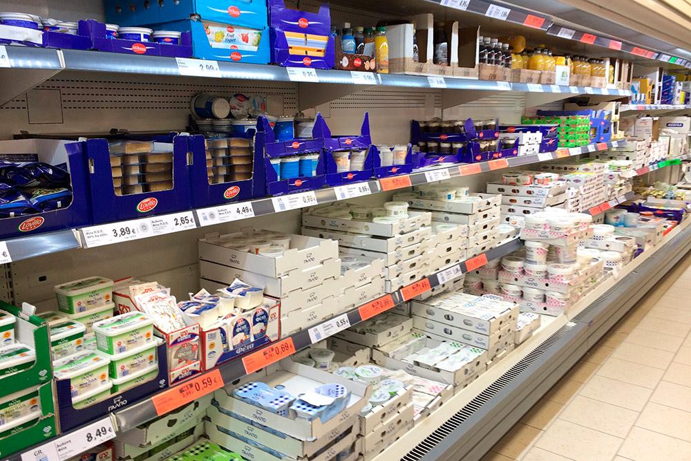 Холодильник с молочной продукцией в супермаркете «Лидл». Две нижние полки полностью заняты греческими йогуртами