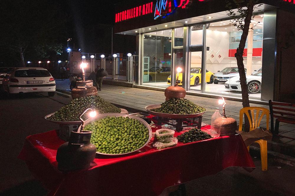 Контрасты Тегерана: салон с Феррари и спортивными БМВ и телега со свежим миндалем и керосинками