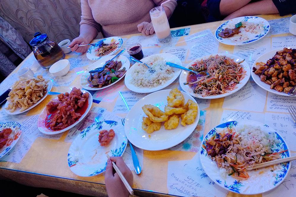 У «Саши-Лены» на пятерых мы заказали 7блюд, молочный коктейль и литр чая — заплатили 2500рублей