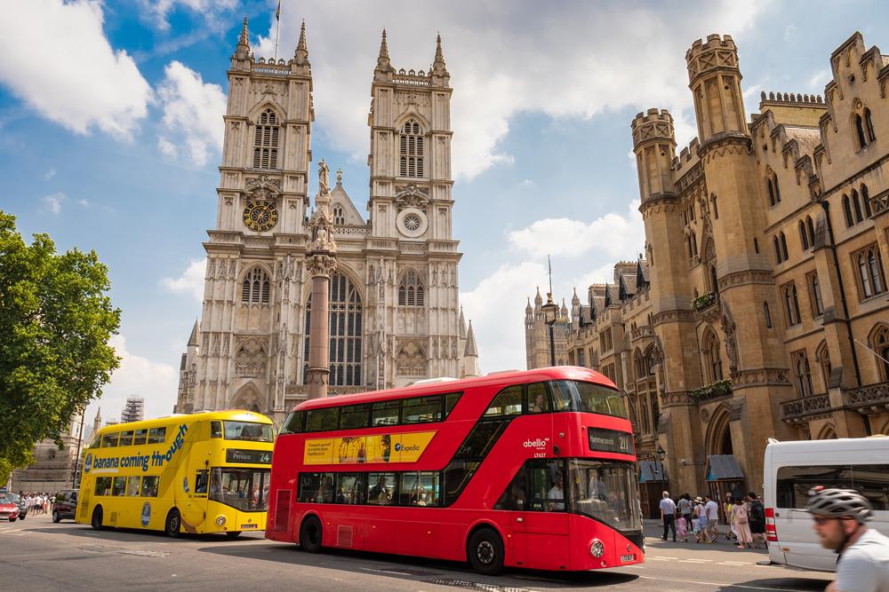 Обычные автобусы могут заменить дорогие экскурсионные. Например, в Лондоне маршруты автобусов&nbsp;9, 11, 15 и 24 охватывают почти все достопримечательности города. Билет на автобус по карточке Oyster стоит 1,50£ (118<span class=ruble>Р</span>). По ней же можно прокатиться на речном трамвайчике за 7£ (549<span class=ruble>Р</span>). Источник: Derks24 / Pixabay