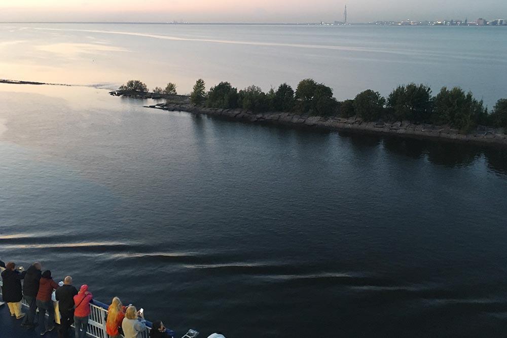 В хорошую погоду гулять по палубе лайнера можно до темноты. На этом фото мы с пассажирами парома «Принцесса Анастасия» смотрим на удаляющийся Петербург