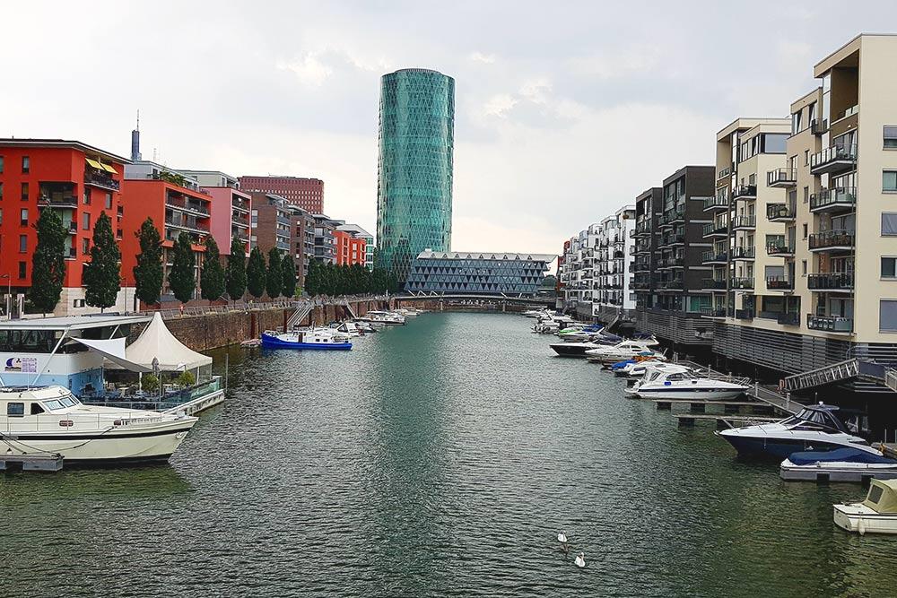Река Майн — это приток знаменитого Рейна. Парковка дляяхт и катеров прямо подокнами квартиры здесь в порядке вещей