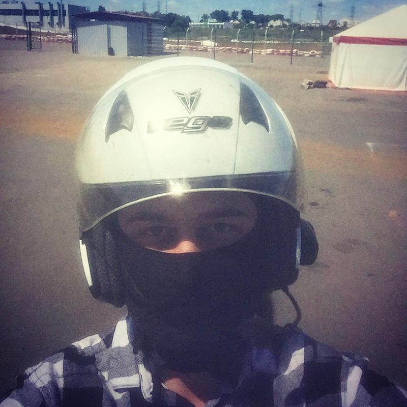 Говорят, что в московских мотошколах дают полную экипировку и свежий мотоцикл. Я живу в Курске, и в местной мотошколе нашелся только безразмерный шлем и старенькая YamahaYBR125 — онаже «ёбрик»