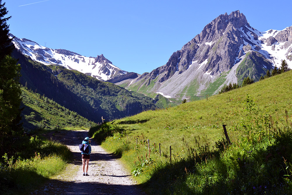 Впереди — первая дорога через горы. Идти туда было страшновато, но мы справились