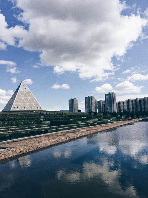 Вид на Дворец мира и согласия с моста через реку Ишим