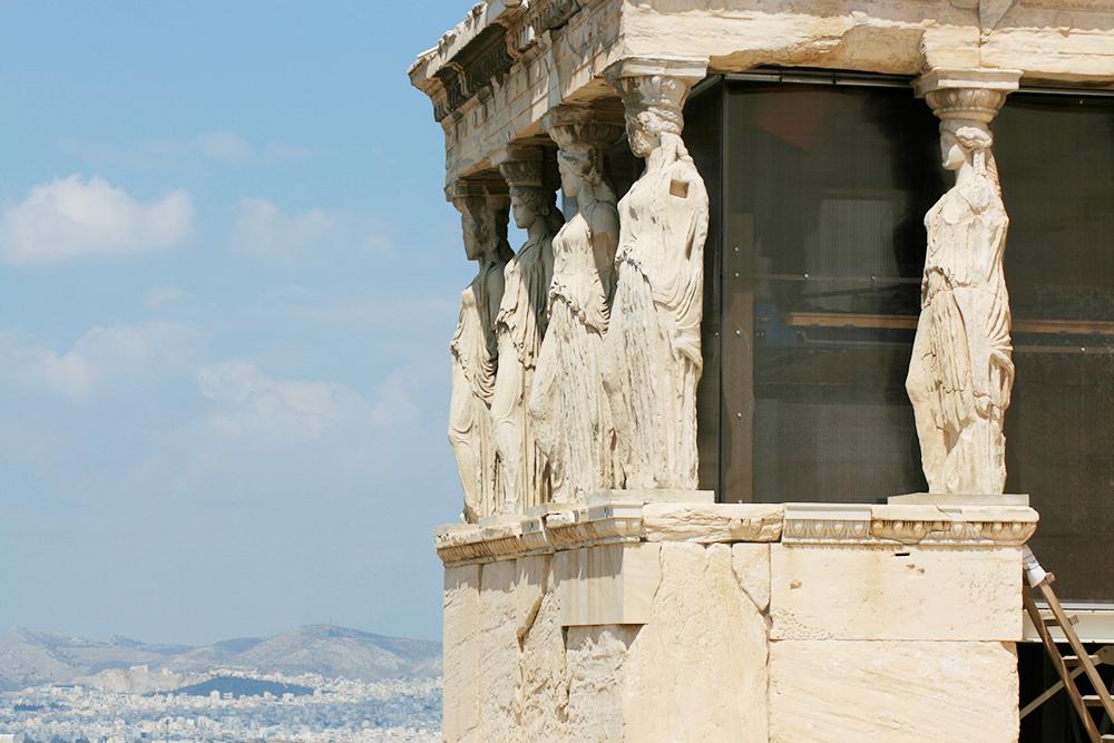 Святилище Эрехтейон — еще одно значимое сооружение Акрополя. Оно нравится мне больше всех из-за колонн в виде античных дев