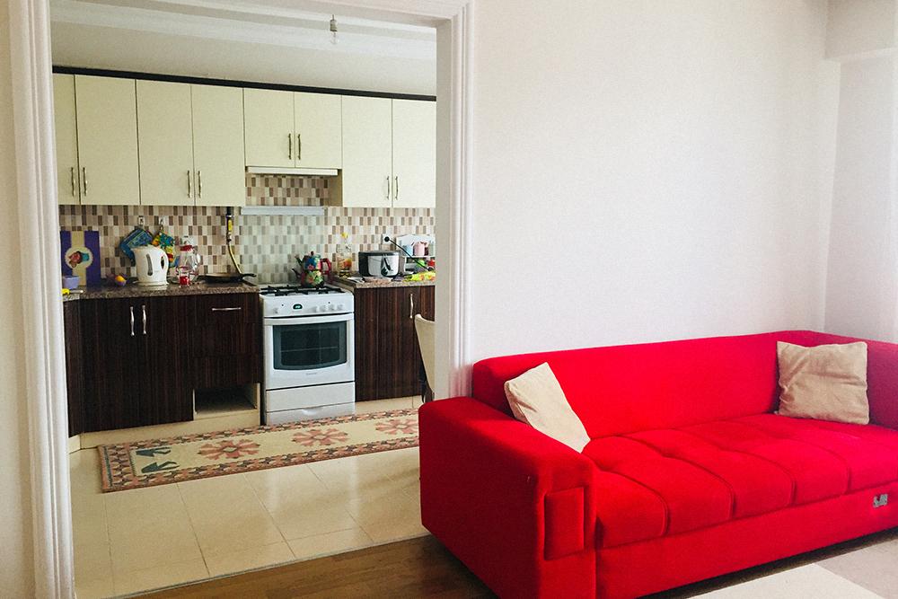 Это «американская кухня» — так в Турции называют кухню, объединенную с гостиной. Стены выкрашены в нейтральные цвета, обои наклеивать не принято