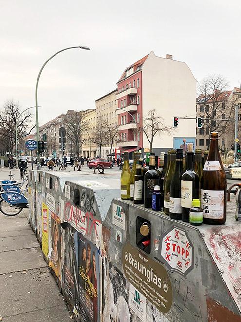Весь Берлин на одной фотографии: контейнеры для переработки стекла, прокатные велосипеды, дома старой постройки — и демонстрация против изменения климата, участники которой перекрыли улицу