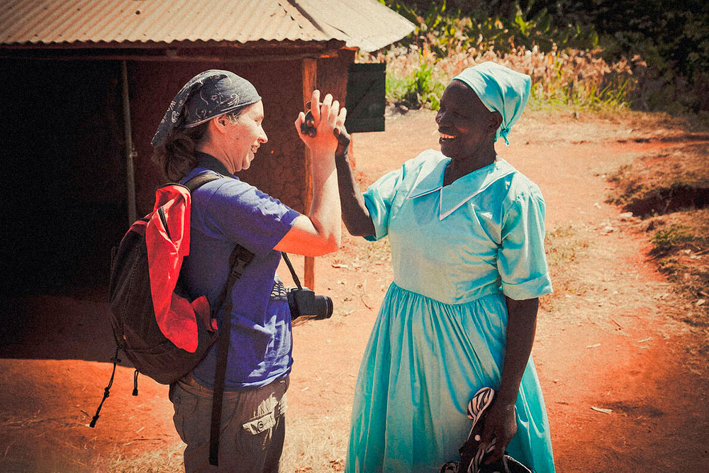 Когда наш кенийский хост узнал, что мы хотим побывать в местной деревне, он предложил навестить его бабушку. Она ни слова не знала по-английски, но все время улыбалась и кормила нас. Бабушка — она и в Африке бабушка
