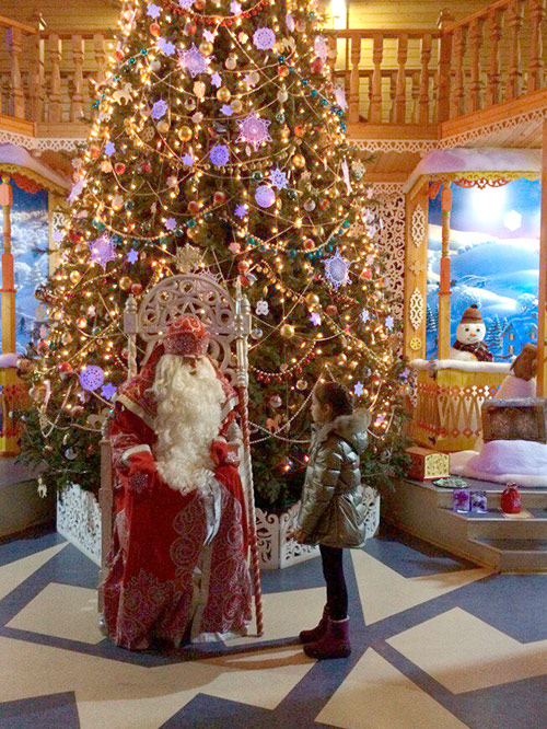 Дед Мороз очень колоритный, даже подростки верят, что он настоящий