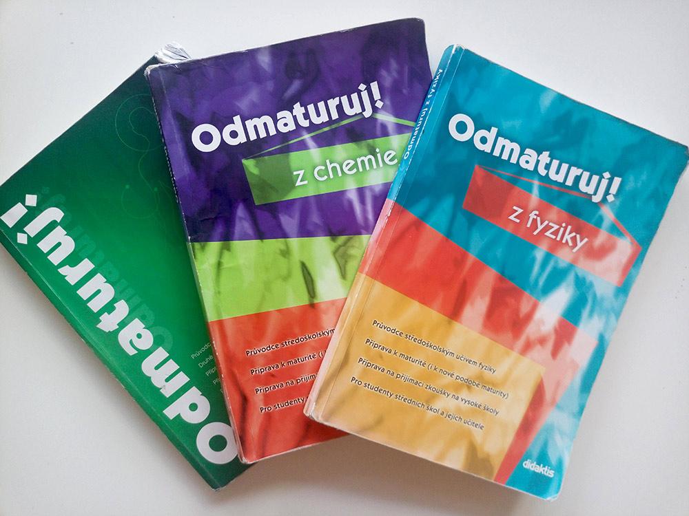 Каждая книга в среднем стоит 300 Kč, подержанные обошлись мне почти в два раза дешевле. Всего на подержанные учебники я потратила примерно 1000 Kč