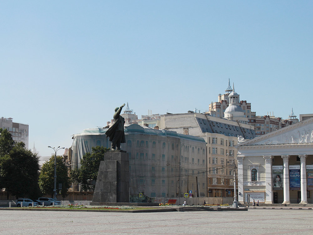 Площадь Ленина — центральная площадь города. На фото слева направо: здание администрации области, Ленин, Театр оперы и балета. Всё выглядит пустынно, потому что снято в воскресенье утром