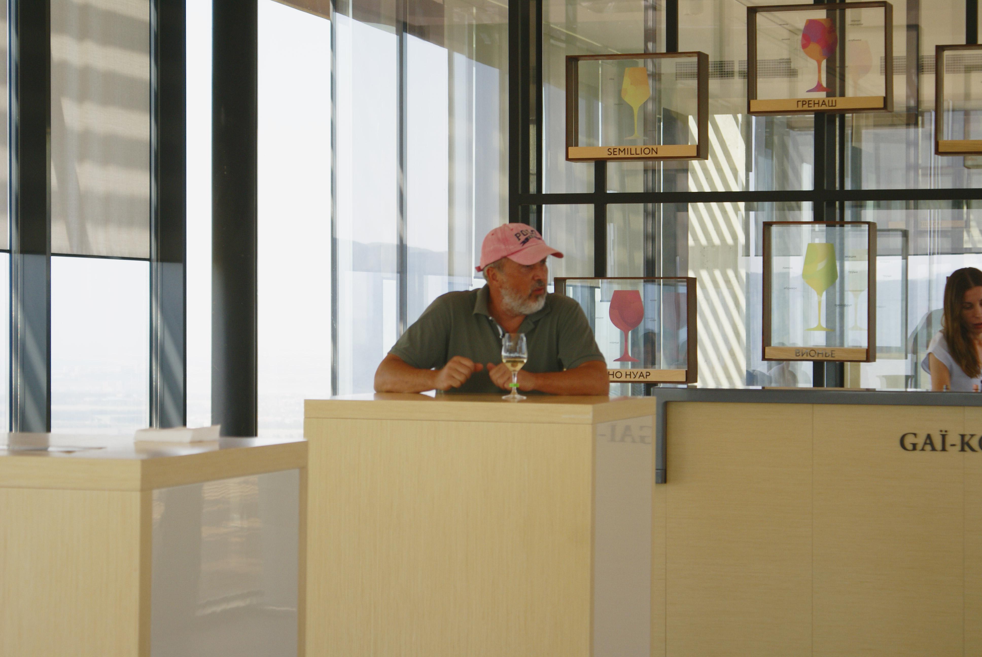 Дегустации часто проводит гендиректор и один из совладельцев винодельни Эдуард Александров