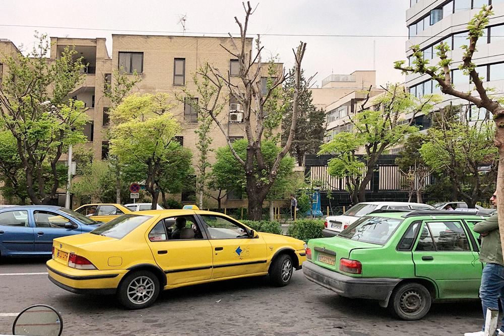 Машины местного производства совсем простые. В основном весь таксопарк выглядит вот так