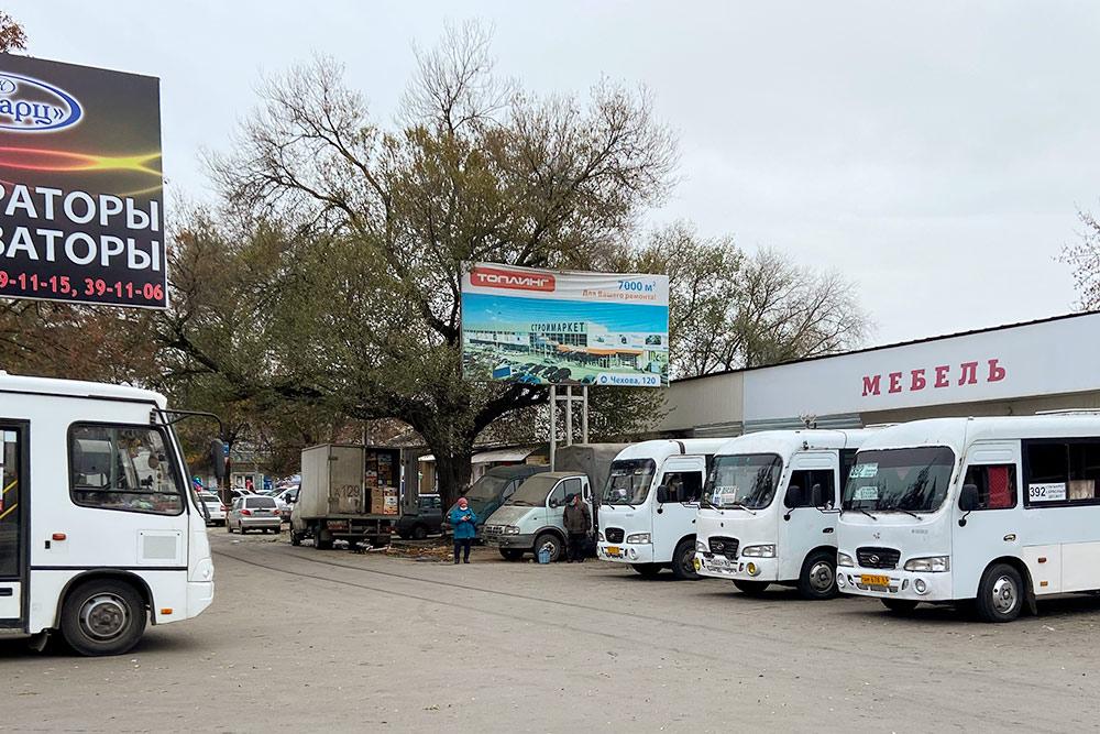 Автостанция у Центрального рынка. Маршрутки Хендай Каунти отправляются отсюда в окрестные села