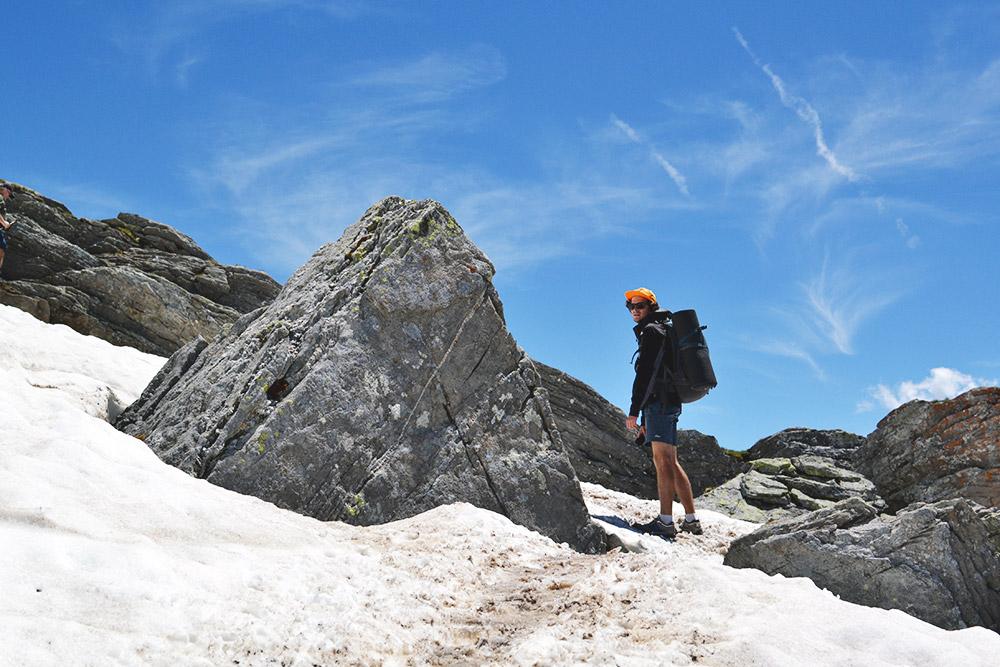 В некоторых местах нужно было съезжать по снежному склону на попе, как с горки — это очень весело