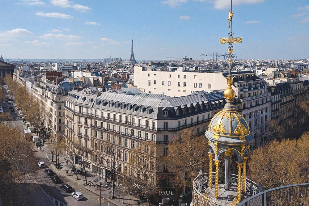 С крыши универмага Printemps можно разглядеть не только Эйфелеву башню, но и изящные башенки, украшающие здание