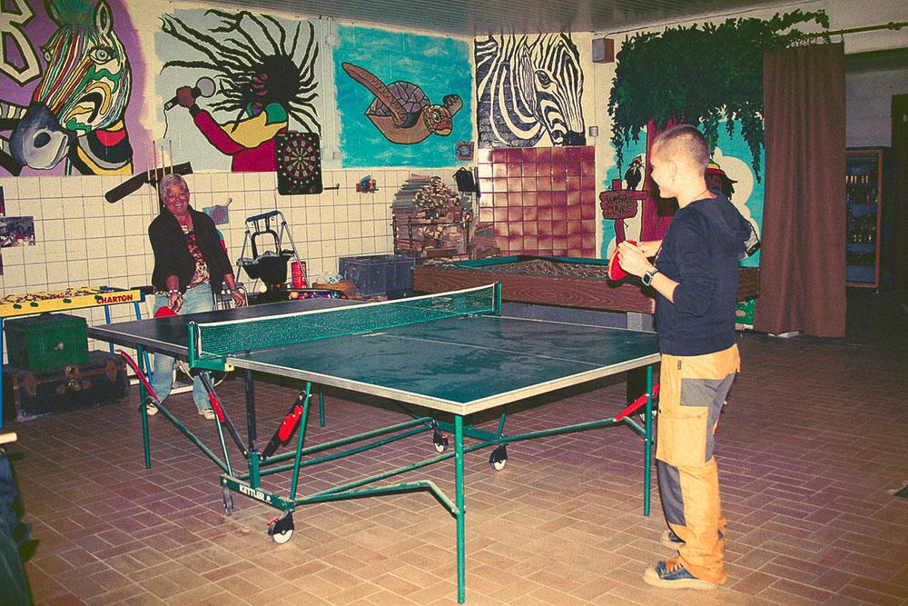 Играю в теннис с Клер, у которой мы остановились в Льеже, Бельгия. У Клер большой дом, в котором есть бассейн и игровая зона. Ее дом мне запомнился как один из самых красивых за все поездки