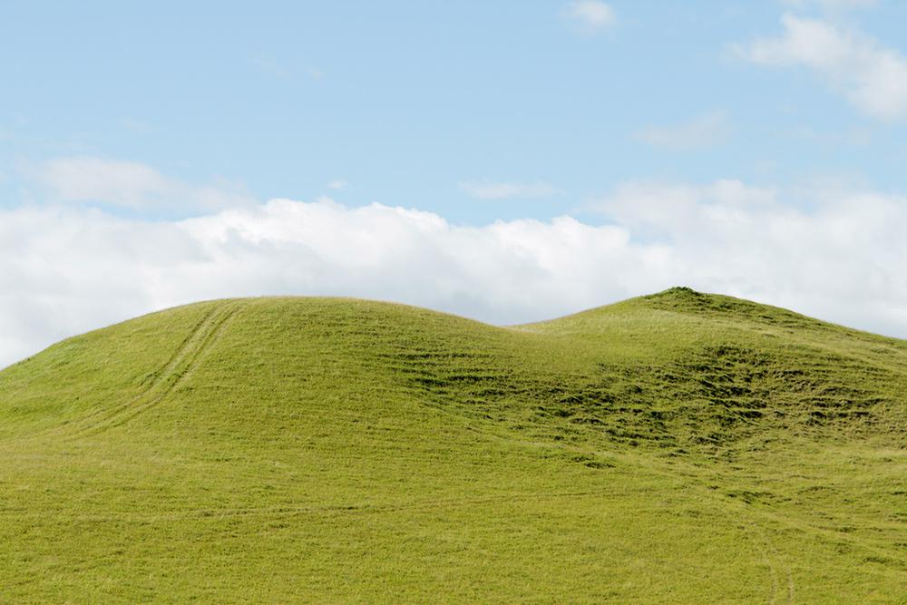 На пути к горячему источнику мы видели холмы, которые напоминают стандартные обои длярабочего стола. Не съехав с основной дороги, таких пейзажей не увидеть