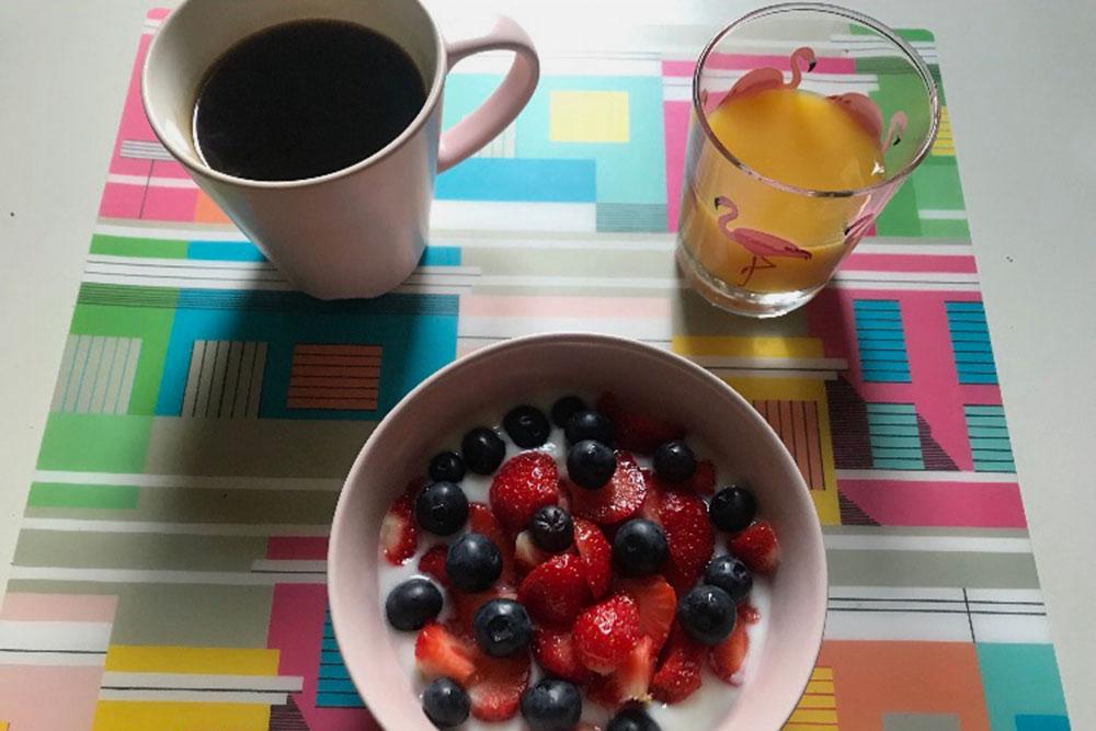 Мой типичный завтрак— натуральный йогурт сосвежими ягодами, сок икофе