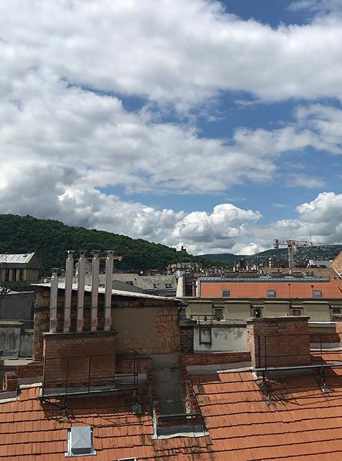 Вид из окна спальни на гору Геллерт и холмы Буды