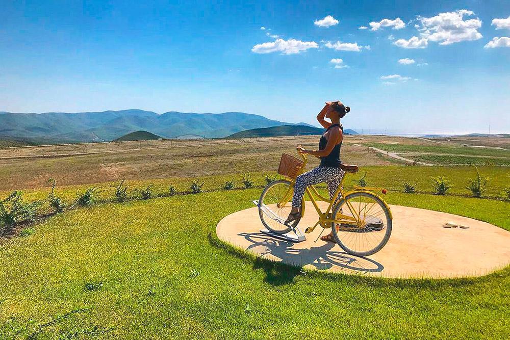 Фирменный желтый велосипед стоит рядом с винодельней. Его можно встретить на этикетках летних вин «Гай-Кодзора»