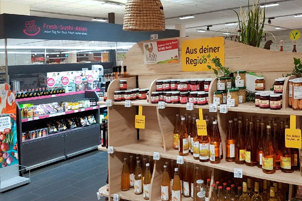 Полки с продуктами от местных производителей. Еще часто в магазинах есть стенды с блюдами национальных кухонь разных стран мира — «русская» обычно представлена шпротами, гречкой и сгущенкой