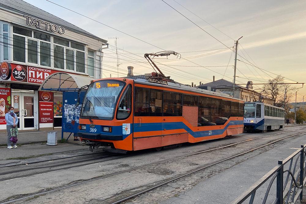 Новый и старый трамвайные вагоны на остановке «Радиотехнический университет». Трамваи модели 71-407 появились в Таганроге примерно в 2011году, а более древние КТМ-8 бегают с начала девяностых