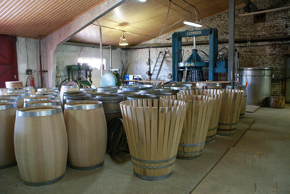 Бочки в бондарном цехе «Фанагории». После обжига они пахнут ванилью, ягодами, карамелью и пряностями