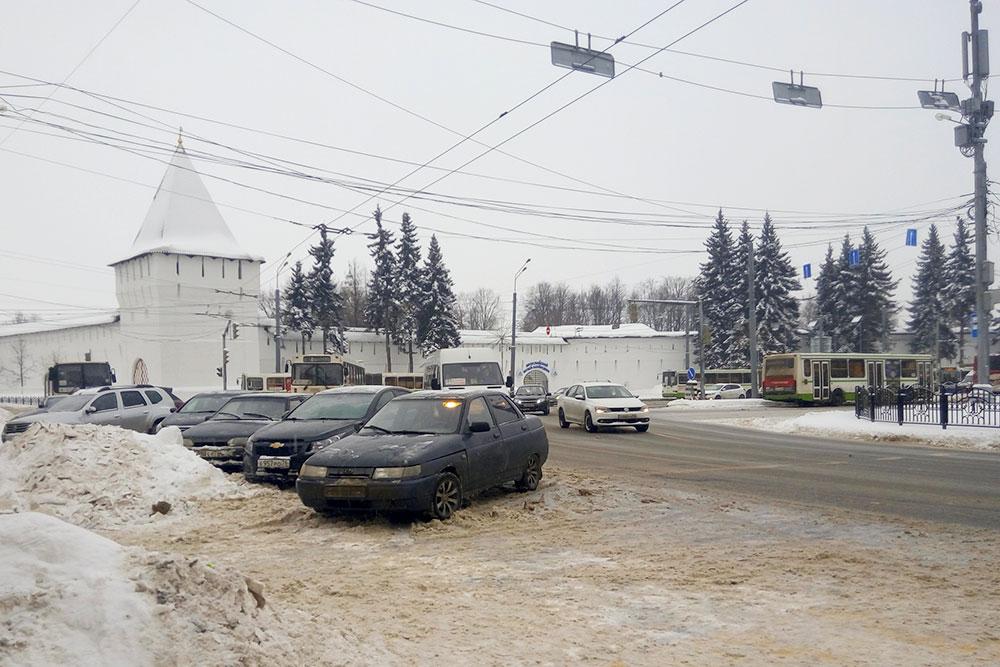 Проезжую часть стараются чистить, но снег сгребают к окраинам дороги, это часто мешает пешеходам