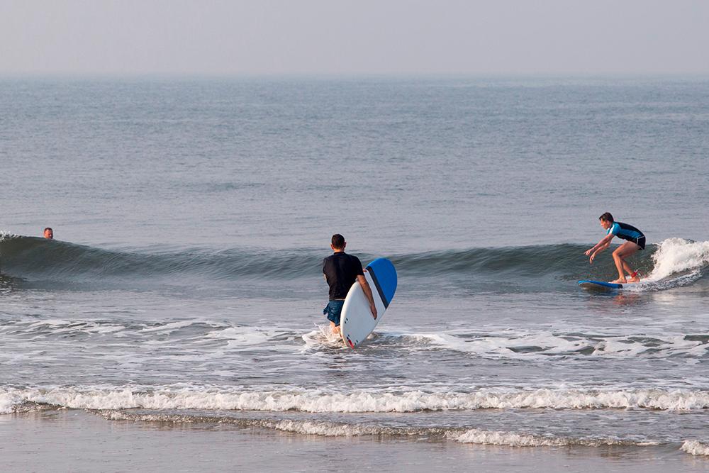 Волны в Гоа не такие, как на Бали, но для новичка будет достаточно. Фото: Shutterstock