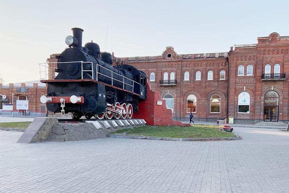 Станция Таганрог-2. Ее еще называют Старым вокзалом потому, что с 1870 по 1962 год он был единственным в городе. Памятник паровозу стоит здесь с 1976 года и посвящен атаке Красной армии на белогвардейцев, которые укрывались в здании вокзала