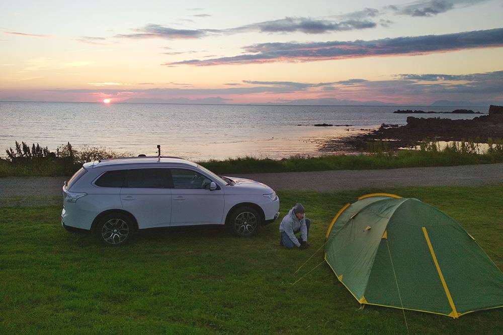 Перед поездкой обязательно потренируйтесь ставить палатку. Потом вас, вероятно, будет хлестать дождь и сдувать ветер. Наш рекорд сборки палатки — две минуты