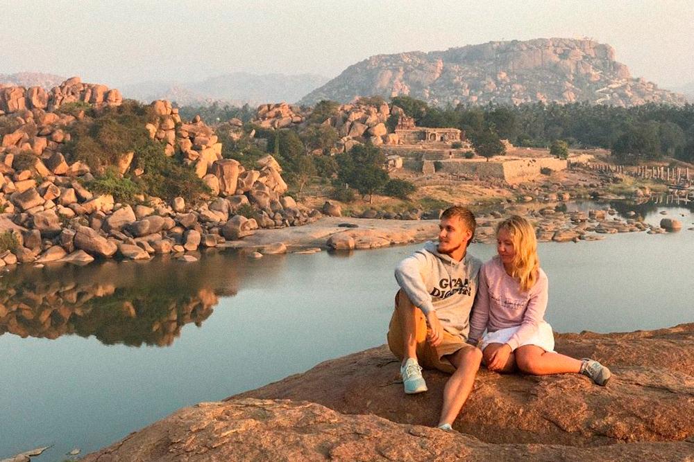 Я с женой на фоне руин древнего города Хампи в соседнем штате