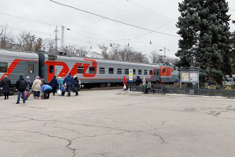 Раньше через Таганрог проходило много скорых поездов из Москвы, но все они ехали транзитом через Украину, и после конфликта в Донбассе эти составы отменили