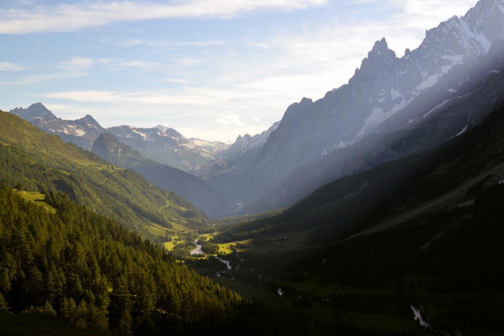 На рассвете хорошо вдыхать чистейший горный воздух и предвкушать день, полный впечатлений и положительных эмоций